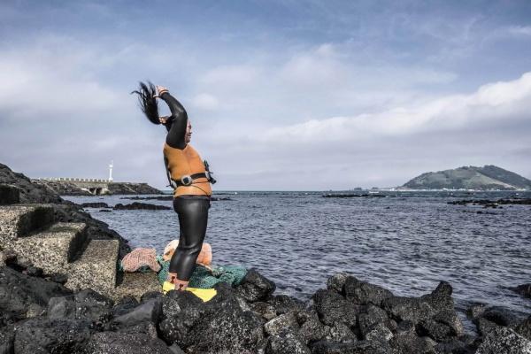 haenyeo-women-divers-sea-jeju-island-south-korea-photography-photo-Preparing-to-take-the-plunge-1024x682