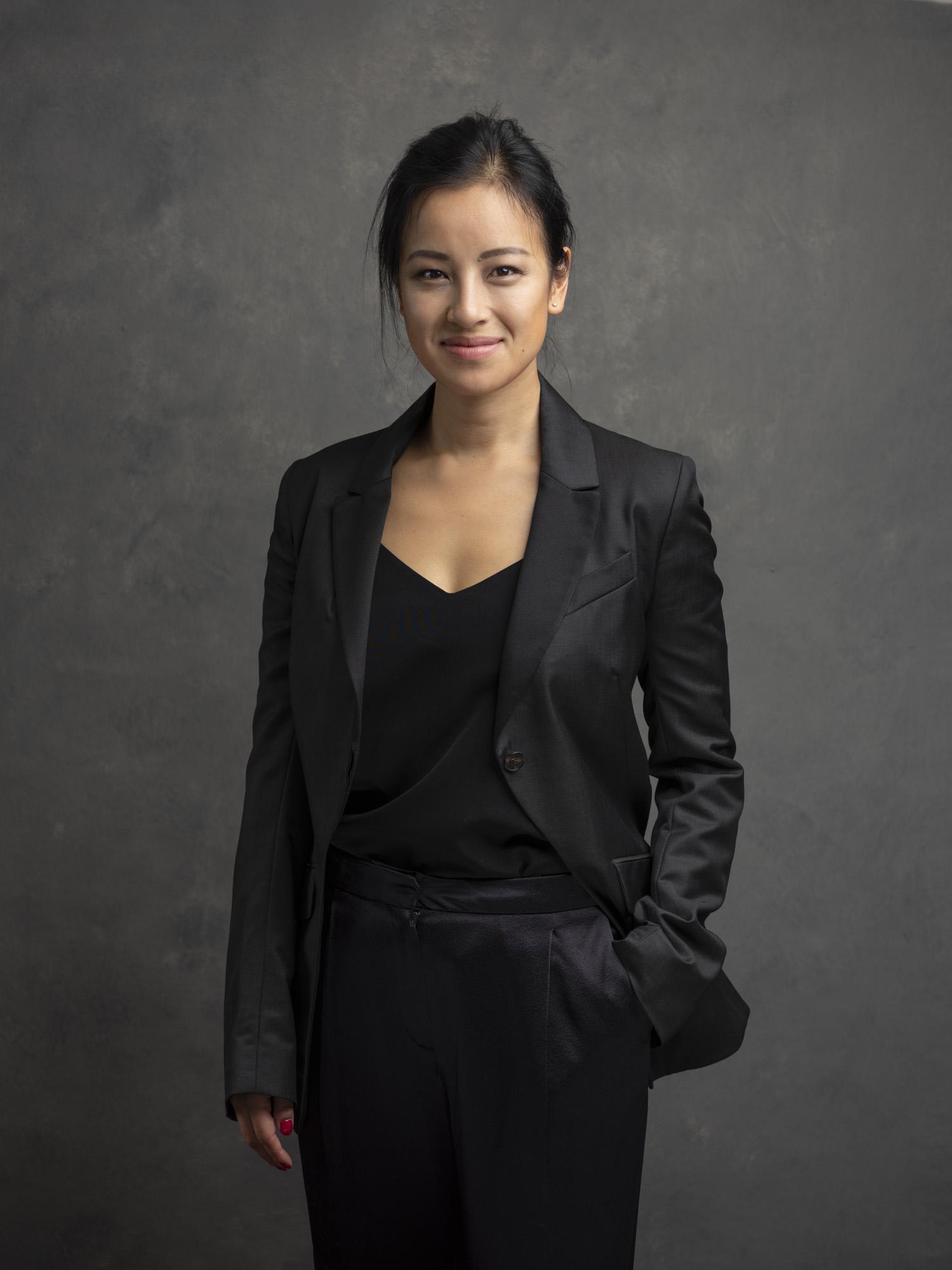 Corporate headshot portrait linkedin profil photography studio singapore services asia photographer black jacket