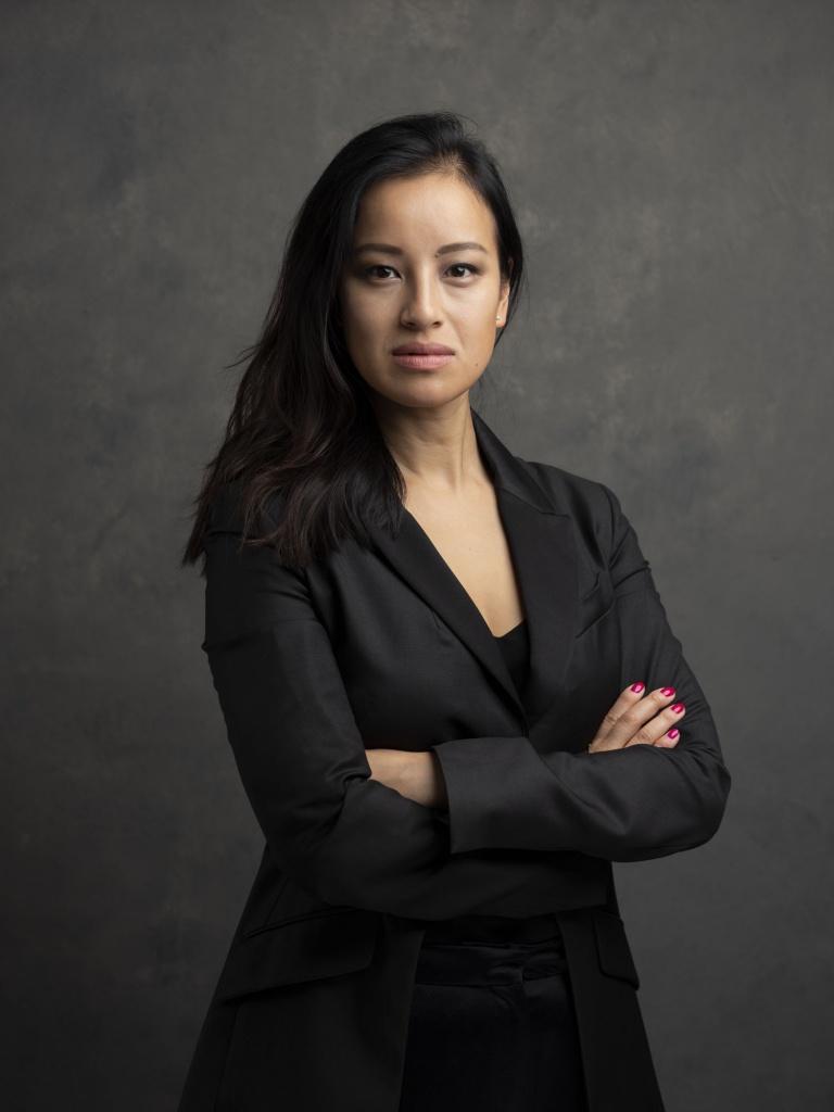 Corporate headshot portrait linkedin profil photography studio singapore services asia photographer elegant woman