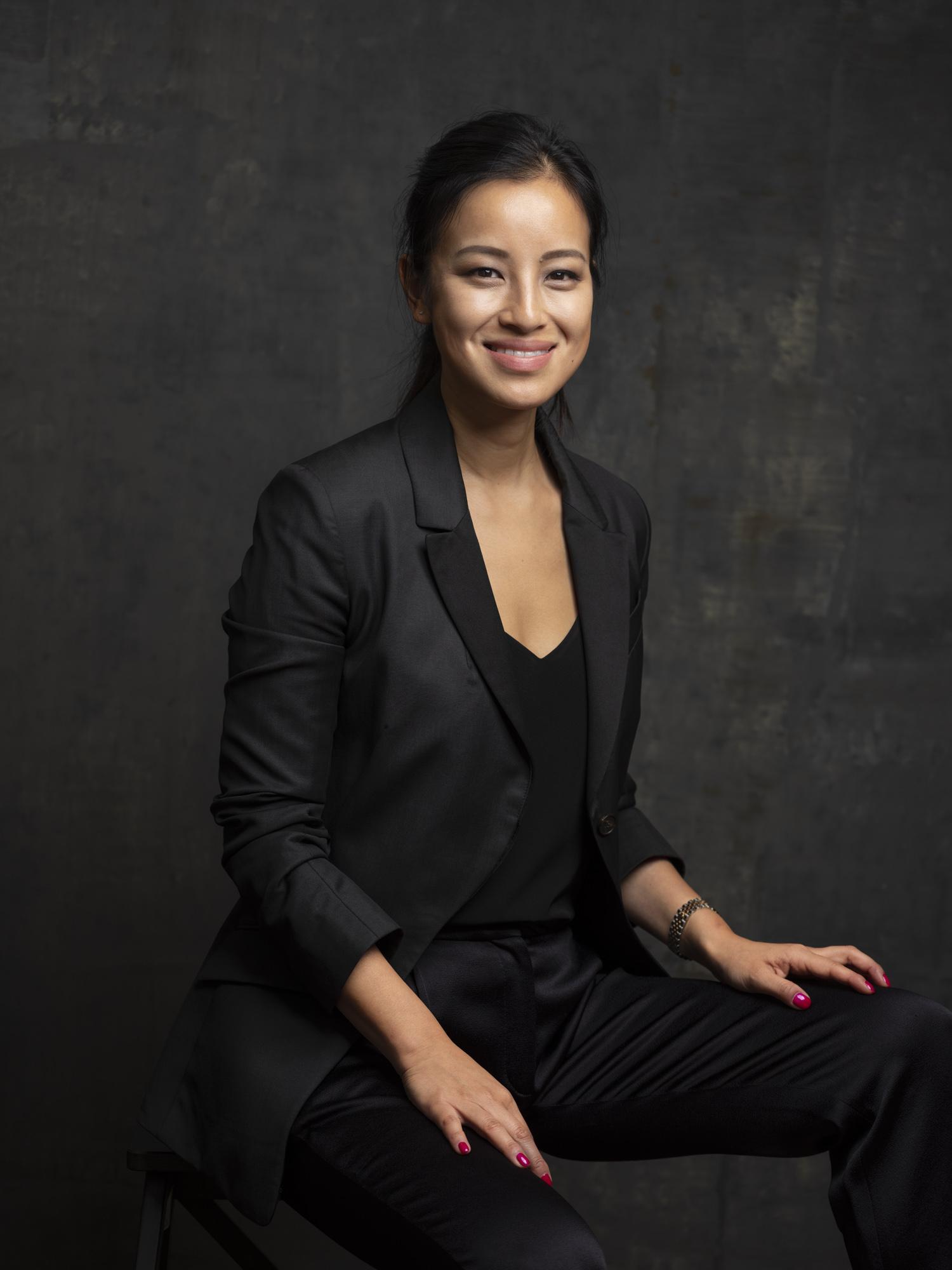 Corporate headshot portrait linkedin profil photography studio singapore services asia photographer smile woman