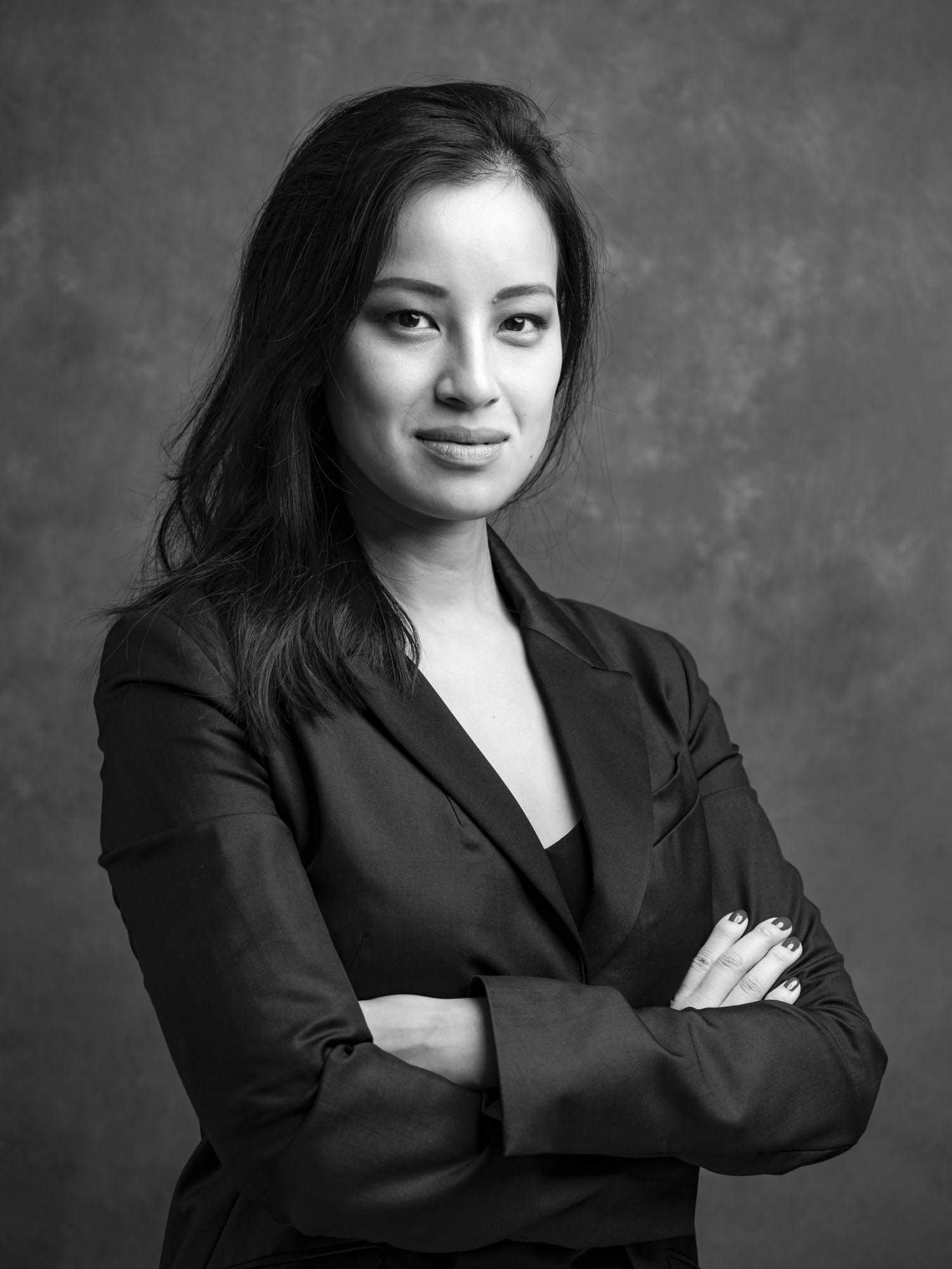 Corporate headshot portrait linkedin profil photography studio singapore services asia photographer woman black and white